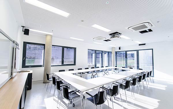 Neben der Papierfabrik verwirklichte SCHUSTER engineering auch die Planung eines Verwaltungsgebäudes fürs die Zellstoff Pöls AG in Österreich.