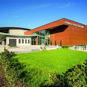 Das Auwald Sportzentrum Gundremmingen bietet beste Funktionalität und fügt sich optimal in die Umgebung ein.