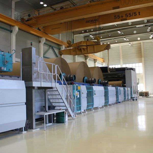 SCHUSTER engineering war bei diesem Großprojekt als Baugeneralplaner und Projektsteuerer tätig und für Verwirklichung der gesamte Papiermaschine inklusive Stoffaufbereitung und Rollenturmlager sowie eines dreigeschossigen Bürogebäudes verantwortlich.
