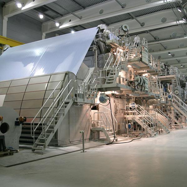 Die Papiermaschine PM1 in Plattling hat eine Produktionskapazität von 400.000 Tonnen pro Jahr.
