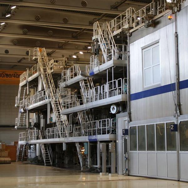 Die Jahresproduktionskapazität beträgt 400.000 Tonnen. Die Papiermaschine hat eine Siebbreite von 8,25 m und eine Produktionsgeschwindigkeit von 1.400 m/min.
