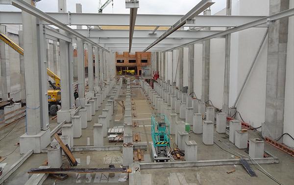 Beim Abtragen der alten Halle sowie beim Neuaufbau musste sichergestellt werden, dass die Bauarbeiten die Standsicherheit der umliegenden Hallen nicht gefährden.