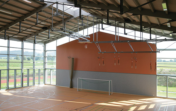 Die 2-fach Turnhalle der Grundschule in Neuburg/Kammel bietet viel Raum und Tageslicht für den Schulsport.