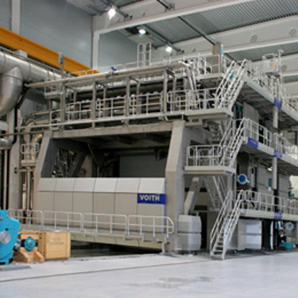 Einblick in den Neubau einer Papierfabrik für Wellpappenrohpapier.
