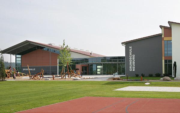 Zu den Außensportanlagen der Grundschule Neuburg an der Kammel zählt neben einem Allwetterplatz auch eine Laufstrecke sowie ein Fußballplatz.
