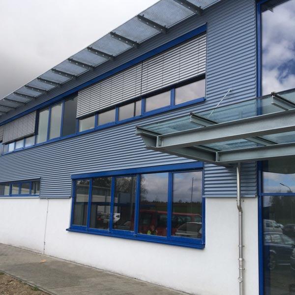 Bei der Packwell Höchstädt wurden die Produktionsgebäude um 7.000 m² erweitert und ein 32 m hohes Hochregallager für 15.000 Europaletten errichtet.