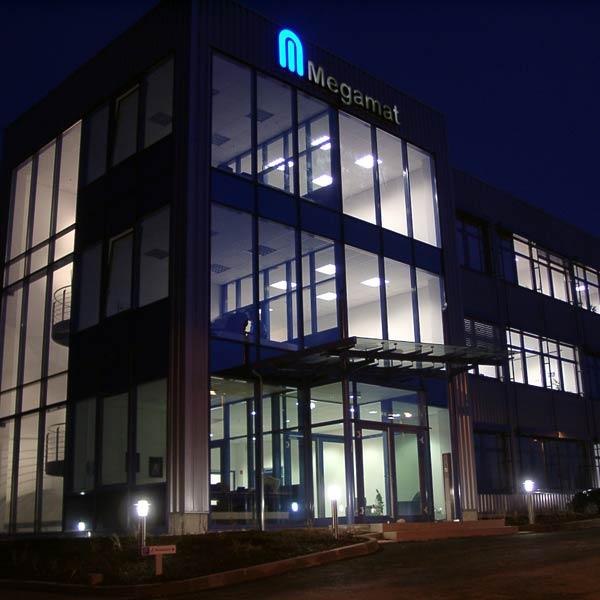 Das 3-geschossige Verwaltungsgebäude mit 2.400 m² Nutzfläche der Kardex AG bei Nacht.