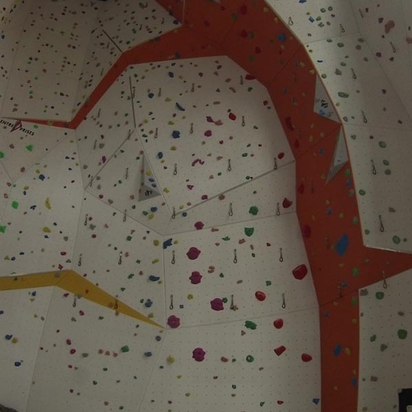 Die 12 Meter hohe Kletterwand in der Kletterhalle des DAV in Krumbach.