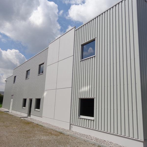 Zur Wärmeversorgung der umliegenden Produktionshallen errichtete die Firma Grob eine Energiezentrale mit 3 Niedertemperaturkesseln und einem BHKW mit einer Gesamtwärmeleistung von 6 MW.