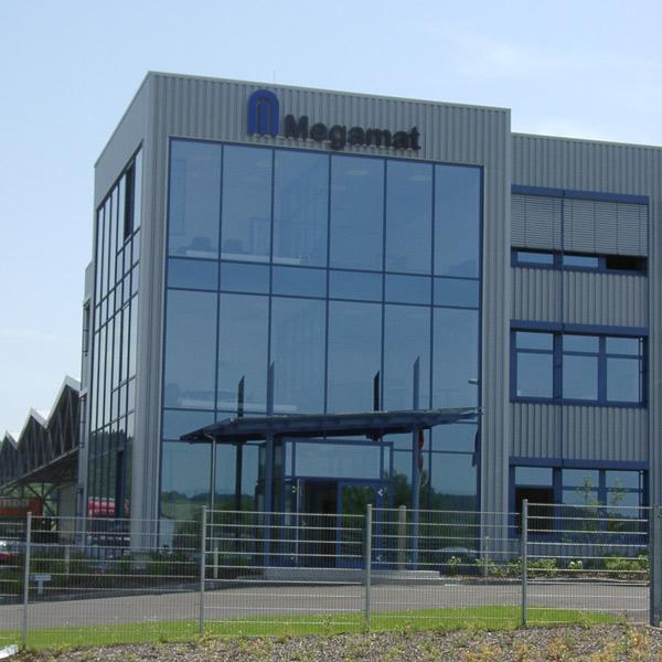 Das 3-geschossige Verwaltungsgebäude mit 2.400 m² Nutzfläche der Kardex AG bei Tag.