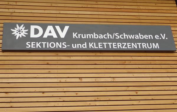 Schild am neuen Gebäude des