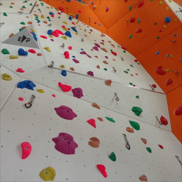 Die Kletterwand in der DAV Kletterhalle in Krumbach von unten.