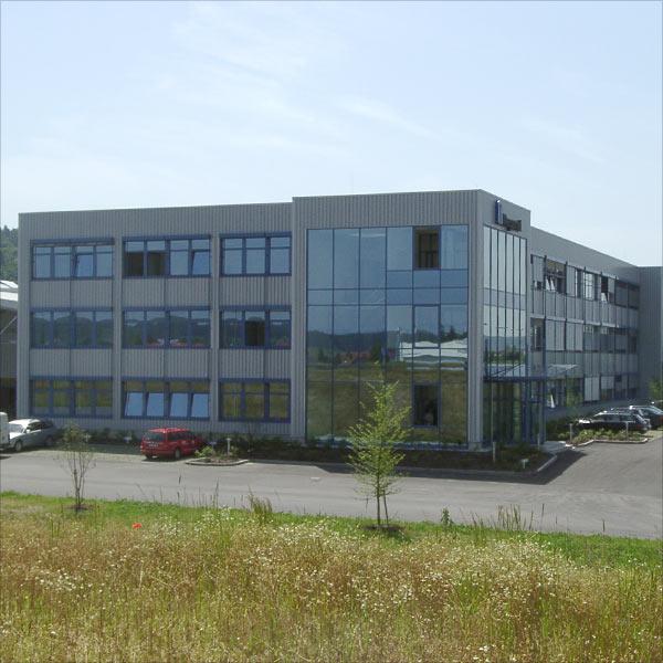 Schuster engineering war Baugeneralplaner für das Verwaltungsgebäude und die Produktionshalle von Kardex / Megamat in Neuburg.