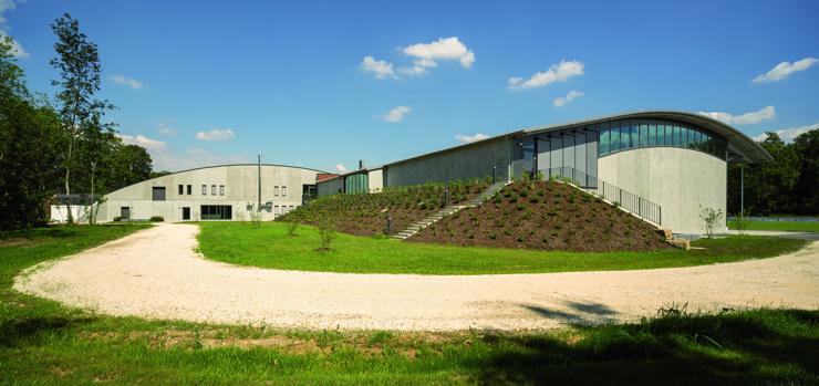 Zum Auwald hin nimmt sich das Sportzentrum in Gundremmingen sehr zurück. Die Begrünung sorgt für eine zusätzliche Verbindung.
