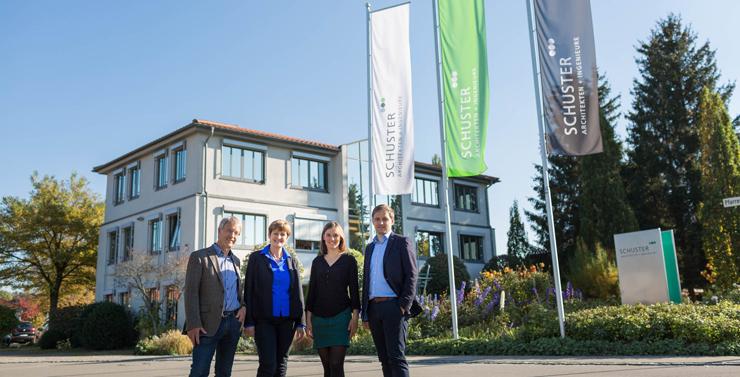 Das Corporate Design, das SCHUSTER engineering im Rahmen eines umfangreichen Markenworkshops erarbeitet hat, ziert die Fahnen und Schilder am Unternehmenssitz in Neuburg an der Kammel (Foto: Pia Simon).