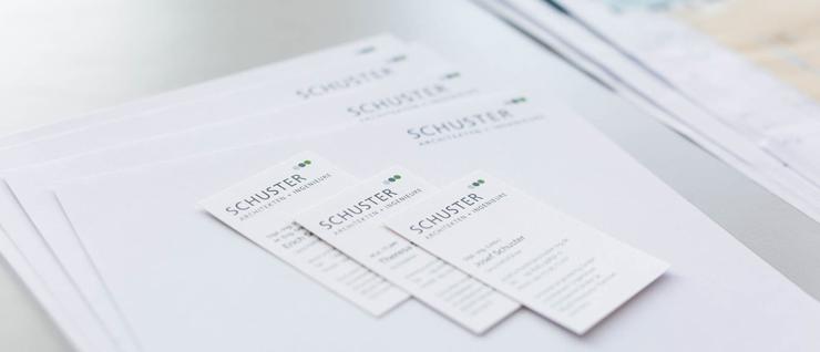 Die Briefbögen und Visitenkarten von SCHUSTER engineering mit neuem Corporate Design (Foto: Pia Simon)