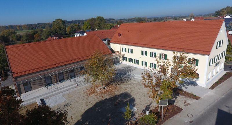 """Das bestehende Gasthaus """"Stern"""" und der Neubau bilden den Rahmen für einen Dorfplatz vor dem Dorfgemeinschaftshaus in Wattenweiler."""