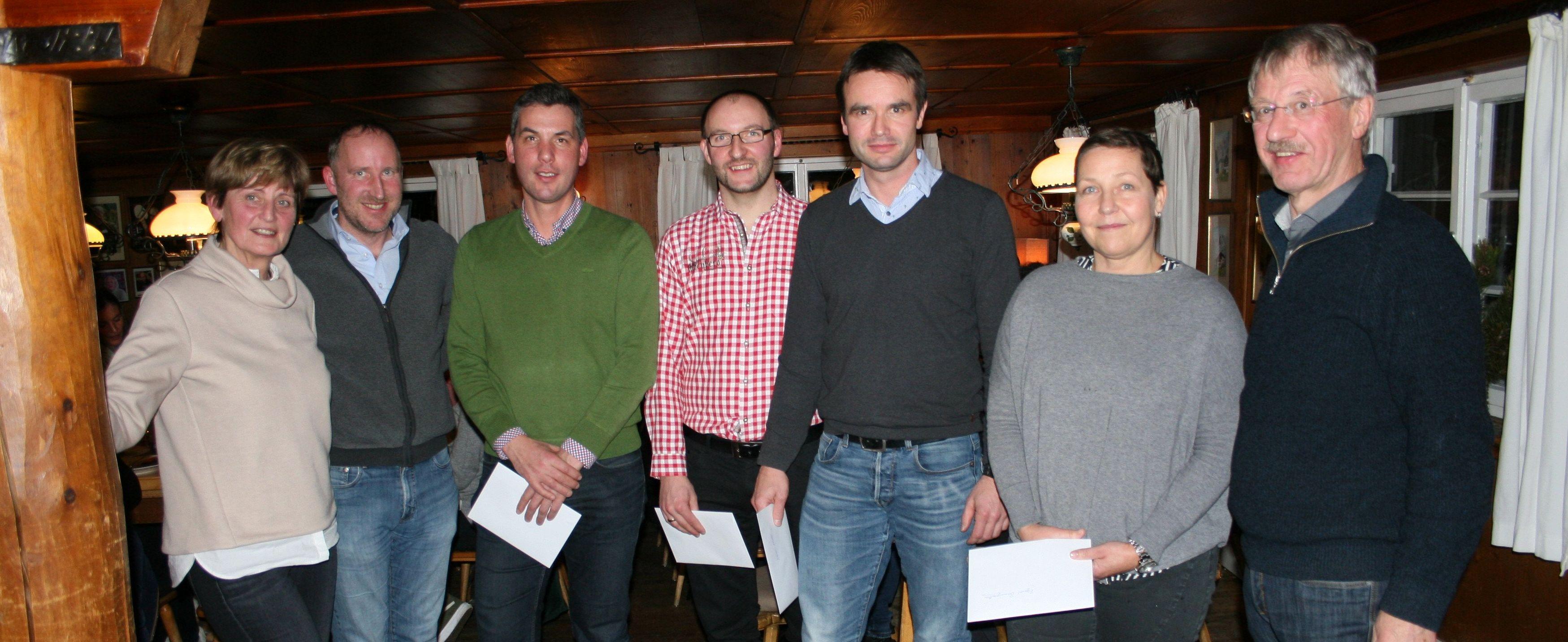Josef Schuster dankt seinen langjährigen Mitarbeitern und überreicht ihnen Urkunden.