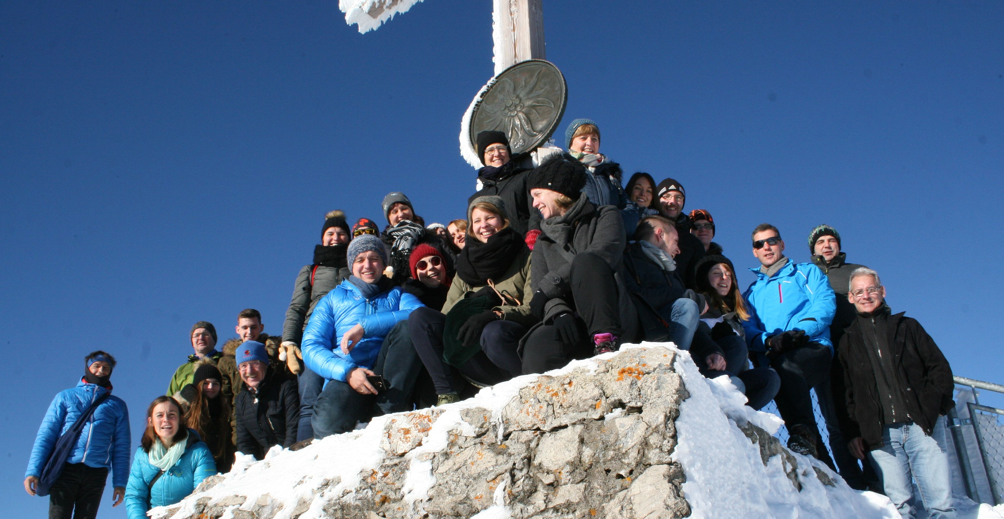 Das Team von SCHUSTER engineering am Gipfelkreuz des Nebelhorns.